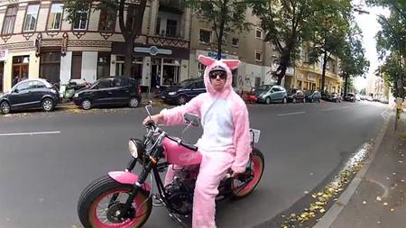 El conejo de Pascua se da una vuelta por Berlín en moto