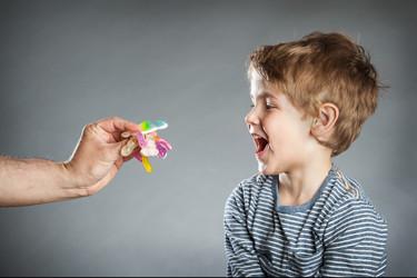 Jamás ofrezcas comida a un niño que no conoces