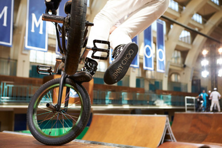 Jimmy Choo desfila en la Semana de la Moda de Londres subido en un skate