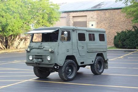 Este Volvo L3314 Laplander es una furgoneta camper vestida de camión militar que tiene hasta estufa de leña