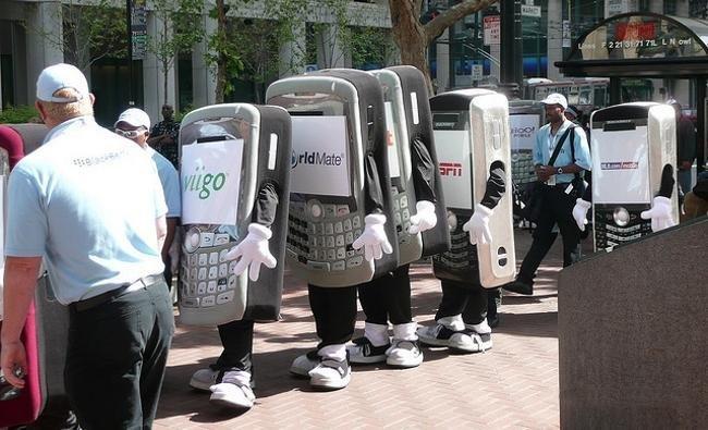 Peatones con teléfonos móviles