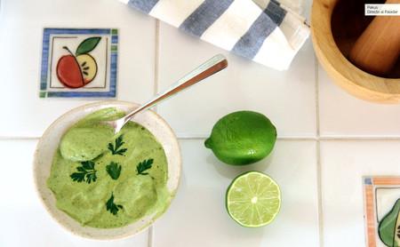 Mayonesa verde, la salsa picante y aromática que alegrará tus recetas de pescado