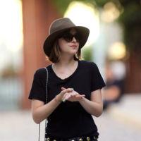 Dakota Johnson y cómo ser chic con unos simples vaqueros y una camiseta