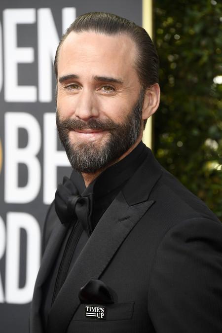 Joseph Fiennes sabe cómo lucir un tuxedo en monocromo para los Golden Globes