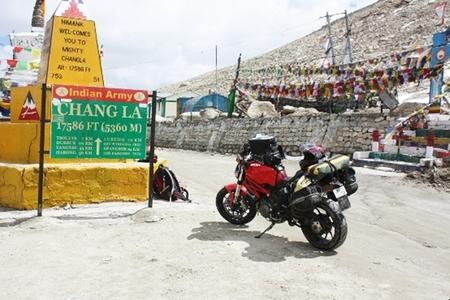 El viaje de un ducatista indio con su Ducati Monster 796 a través del Himalaya