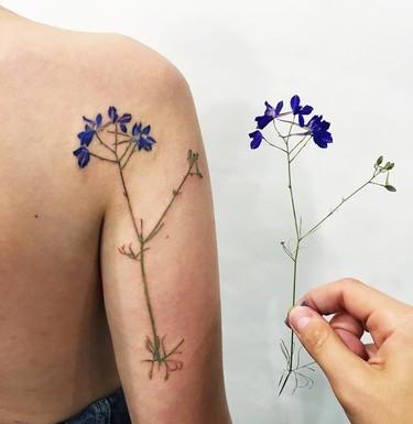 Estos tatuajes botánicos están realizados con plantas y flores de verdad