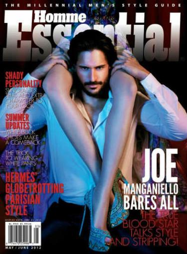 Joe Manganiello, camisa blanca y unas piernas por bufanda