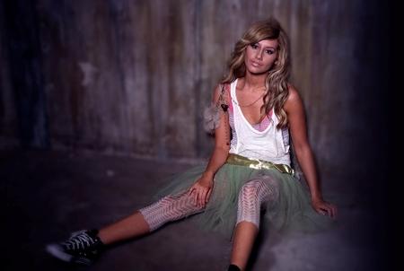 Ashley Tisdale, un poco pato en la pista de baile