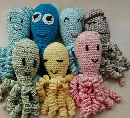 Pulpitos de ganchillo, un idea solidaria para bebés prematuros que no goza de la aprobación de todos