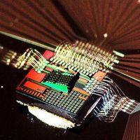 Esta startup afirma estar trabajando en un chip de inteligencia artificial impulsado por luz y ya cuenta con el apoyo de Bill Gates