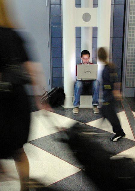 Usar el portátil en aeropuertos: wifi gratis y enchufes