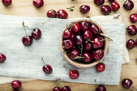 Es temporada de cerezas y picotas: cómo elegirlas, conservarlas y cocinar con ellas (y 47 recetas para aprovecharlas)