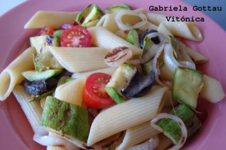 Ensalada de pasta y vegetales grillados. Receta saludable