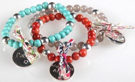 Día de la Madre: pulseras con medallas con el nombre del niño