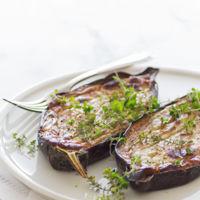 ¿Te apetece unirte a la tendencia veggie? Receta de berenjenas rellenas a los dos quesos y tomillo