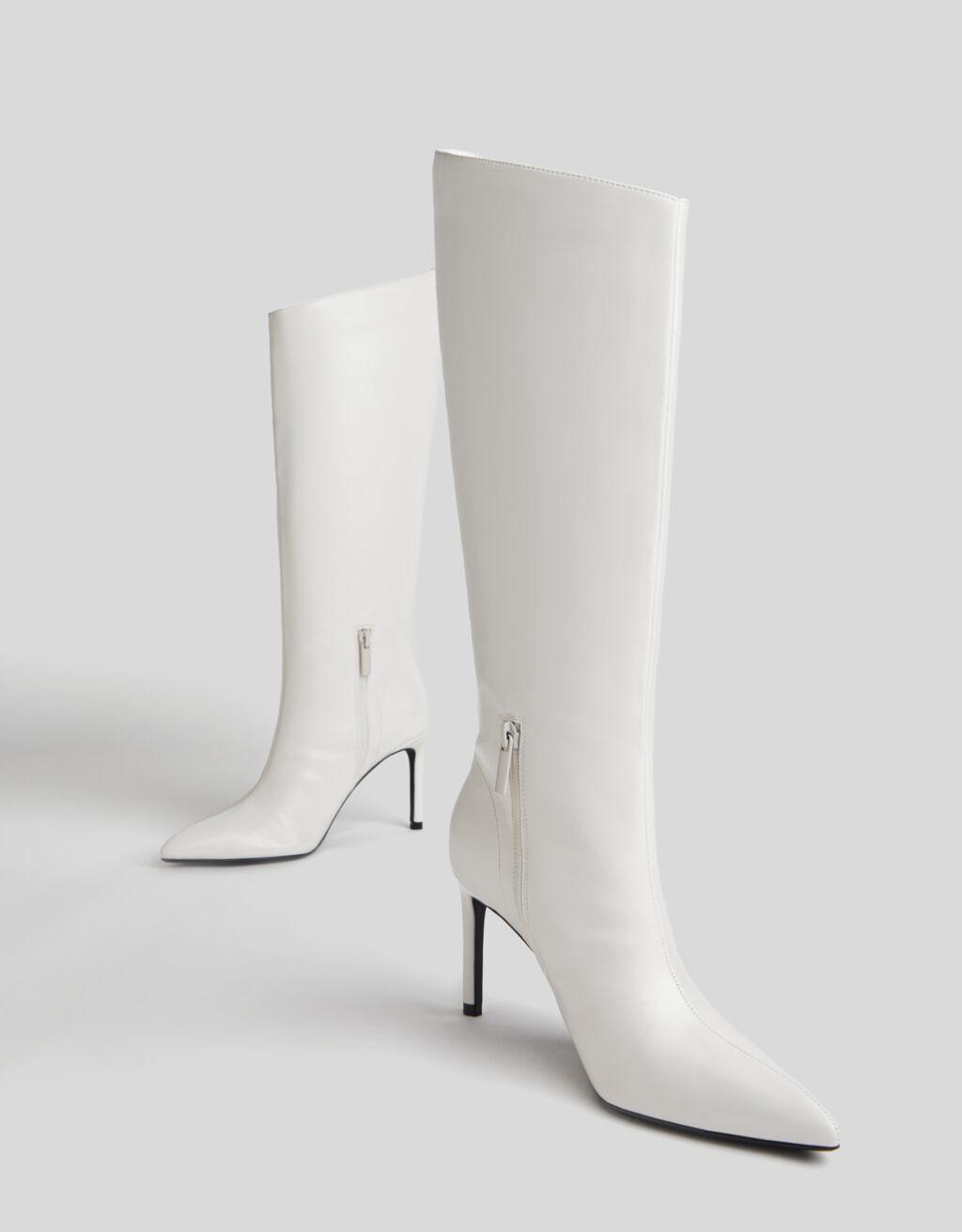 Botas de tacón fino y caña ancha asimétrica