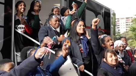 Un grupo de chicas adolescentes diseñan el primer satélite privado de África