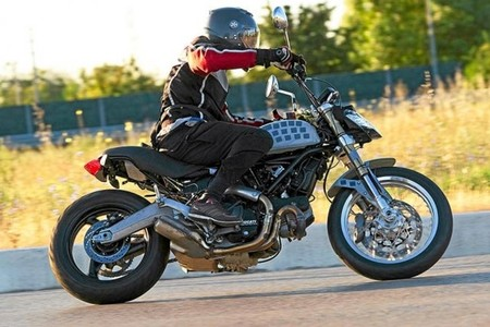 Otra foto espía de la Ducati Scrambler y un teaser de una nueva Monster