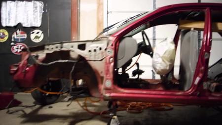 Una máquina Rube Goldberg centrada en los autos y un final increíble