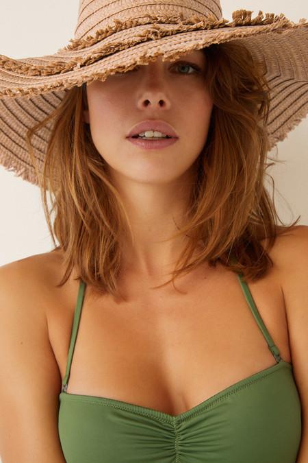 Cómo llevar sombreros en la maleta: trucos para que no se aplasten