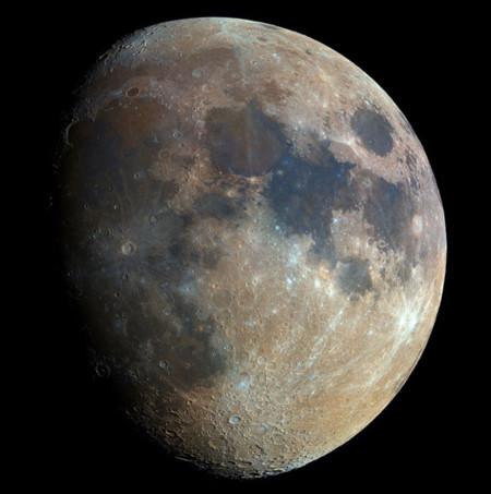 Este es el nivel de detalle con el que podemos fotografiar la Luna combinando 32.000 instantáneas