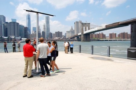 Nueva York instala estaciones solares de recarga de teléfonos, tablets y otros dispositivos