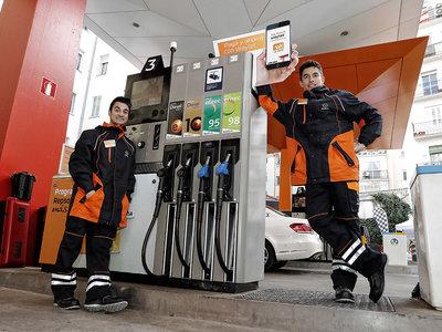Repsol pluriemplea a Márquez y Pedrosa: de MotoGP a llenar depósitos en una gasolinera