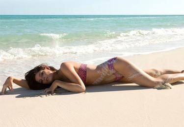Ashley Greene, totalmente desnuda, le da al body-painting