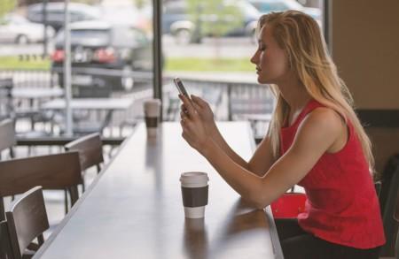 Señalizaciones de tráfico en el suelo para que los adictos a los smartphones no sean atropellados