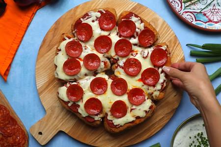 Un héroe decidió cocinar la infame pizza-quesadilla frita. Acto seguido se puso a vomitar