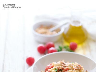 Pasta con pan crujiente, tomates cherry y anchoas. Receta
