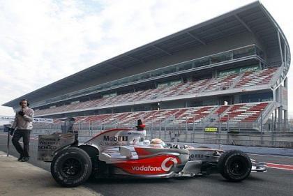Lewis Hamilton se va a comer liderando los tiempos en Montmeló