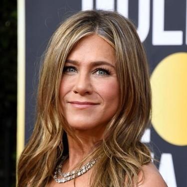 Jennifer Aniston saca todo el partido al negro y luce espectacular en los Globos de Oro 2020