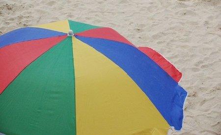 Descuentos para parados y otros sectores en alquiler de hamacas y sombrillas de la playa de Santa Pola