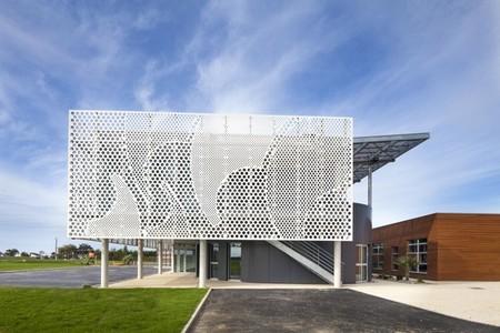 El uso de la piedra acrílica abre nuevos horizontes, más artísticos, en el diseño de fachadas