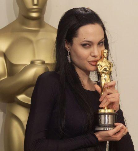 Angelina con su Oscar