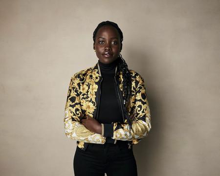Lupita Nyong'o o cómo lucir la chaqueta más famosa de Versace de la manera más elegante posible