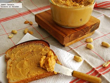 Rebanada de pan con crema de cacahuate casera
