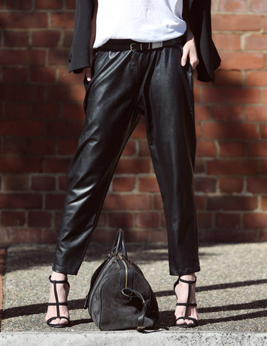 Más pantalones de cuero en versión <em>loose</em> no, que me enamoro