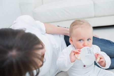 Mi hijo no quiere beber agua, ¿se deshidratará?