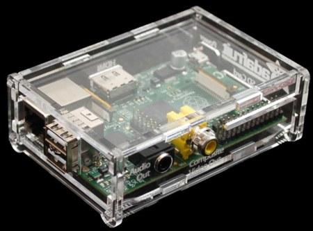 Este estupendo aspecto es el que tiene la Raspberry Pi en esta caja de acrílico