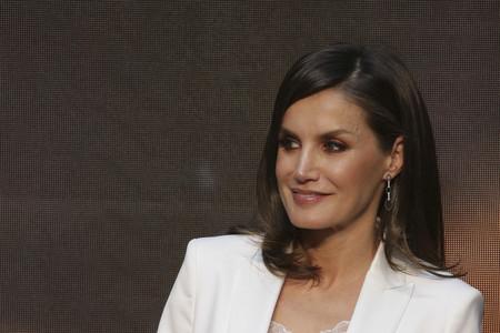 Doña Letizia luce un perfecto look en blanco y negro