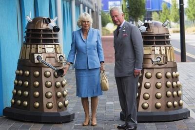 El príncipe Carlos y Camila en el set de rodaje de 'Doctor Who', la imagen de la semana
