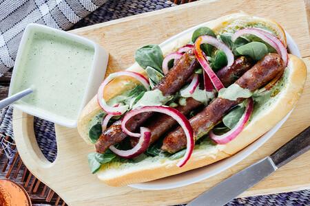 Hot Dog de chistorra con aderezo de cilantro. Receta fácil