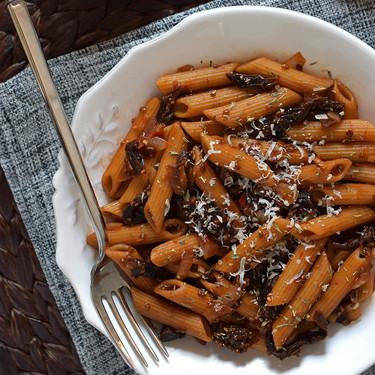 Macarrones integrales con salsa picante de tomates secos y chía. Receta