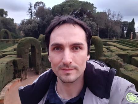La cámara delantera pierde bastante detalle en los selfies; aunque con luz natural no se aprecia demasiado
