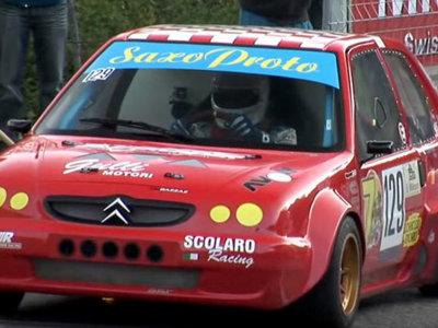 Esto se supone que es un Citroën Saxo, pero con un motor de moto en el maletero
