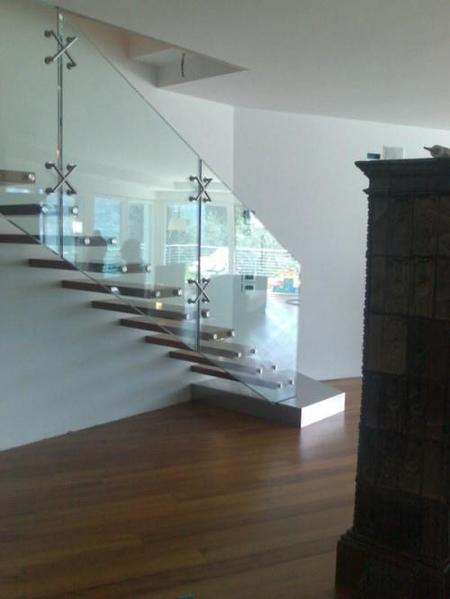 Una buena idea cristal para aligerar el peso de la escalera en un