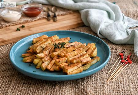 Receta de patatas al horno ligeras: como las fritas, pero casi sin aceite (con vídeo incluido)