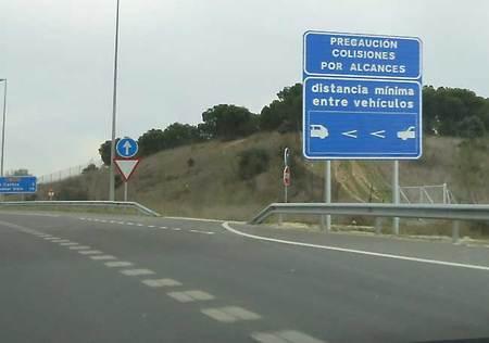 Cartel en la M-607 de Madrid anunciando un tramo con señalización de la distancia de seguridad pintada en la calzada en un tramo de concentración de accidentes
